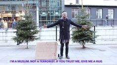 """""""Jeg er muslim. Ikke terrorist. Hvis du stoler på mig, så giv mig et kram"""" (Konstruktiv nyhed)"""
