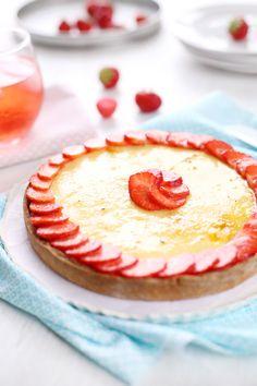 Tarte sablée à la compotée de fraises et crème catalane à l'amande
