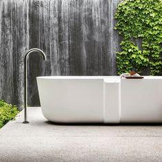 Evoluta ed accessibile, la nuova vasca QUATTRO.ZERO disegnata da Fattorini+Rizzini+Partners per #Falper - #trend #bathroom #bathroomdesign #interiordesign #bathtub #vasca #design #white