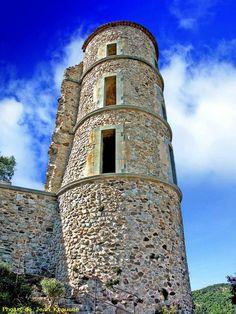 GRIMAUD village ( Var - 83 - France ) - Tour du château -