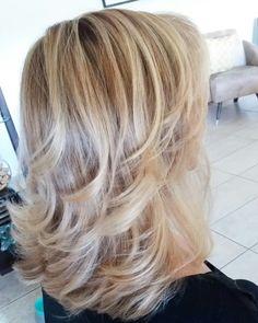 Mechas lumiere Haircuts For Medium Hair, Medium Layered Haircuts, Medium Hair Styles, Short Hair Styles, Blonde Layered Hair, Grey Curly Hair, Modern Shag Haircut, Hair And Makeup Tips, Great Hair