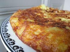 Je teste aujourd'hui la traditionnelle omelette aux pommes de terre espagnole. Je me suis inspirée de la recette de Bernard. Ne paniquez pas devant la quantité d'huile utilisée, on en jette une grosse partie une fois que les pommes de terre sont cuites...