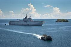 La marine va déployer le Mistral à La Réunion et le Dixmude aux Antilles | Mer et Marine Catamaran, Landing Craft, Us Navy Ships, Les Continents, Saint Martin, Water Crafts, Opera House, Boat, Building