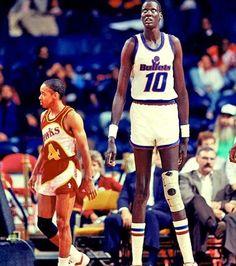 Manute Bol was een Soedanese basketbalspeler 2 m 31! Hij overleed in 2010 van een ernstige huidziekte.