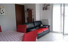 A 100 metri dal mare si vende a #Riccione comodo appartamento a piano alto realizzato nel 2012, con due camere matrimoniali, un bagno bella zona giorno con affaccio su due balconi. Aria condizionata. Ampio garage, si vende arredato. - See more at: http://www.elicasa.it/vendita/appartamento/riccione/appartamento_semi_nuovo_riccione_mare_222.html#sthash.x0OU5q2Q.dpuf