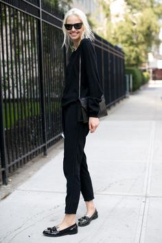 Sorte (kortere bukser) fra hm, sort rullekrave (b-young, oversize sort/hvid) eller sort strik med nitte loafers fra Zara