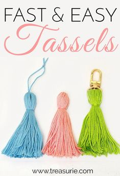 Learn how to make tassels from yarn and add them to jewelry, clutches & bags. DIY Tassels are an easy way to make your purse & clothing projects stand out. Tassel Keychain, Diy Keychain, Keychains, Crochet Buttons, Crochet Yarn, Flower Crochet, How To Make Tassels, Making Tassels, Diy Tassel