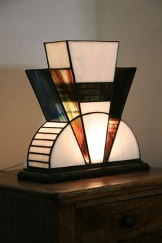 This is a beautiful Art Deco Tiffany lamp. I love Art Deco design and the use of angular lines. Tiffany was very active in the art deco style with their glass work. Casa Art Deco, Lampe Art Deco, Art Deco Decor, Art Deco Stil, Art Deco Home, Decoration, Motif Art Deco, Art Deco Design, Art Deco Period