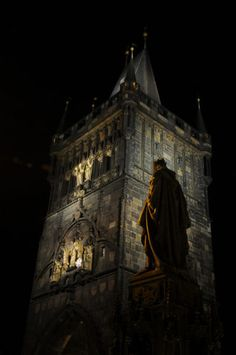 Imobilizado para sempre na pedra, a imagem gigantesca do Rei Carlos, na entrada da Ponte Carlos, parece vigiar a Cidade Velha.