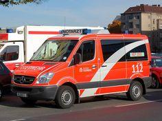MB Notarzteinsatzfahrzeug (NEF 2505) im neuen Design der Berliner Feuerwehr, 25.10.10 Berlin-Bismarkstr.