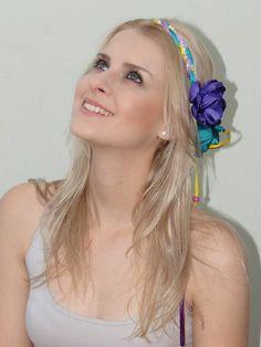 Trançado nas cores atual com 2 flores no cetim.  Conheça os acessórios femininos,  primavera verão 2013 e fique por dentro de todas as novidades do mundo da moda.