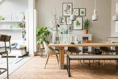 muebles de salón, comedor moderno en el salón, muebles de madera y lámparas modernas, mucha decoración de cuadros y plantas