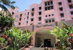 世界のスターウッドが誇る、ハワイ・ワイキキの超一等地に位置する5つ星ホテル。圧倒的な存在感を放つピンクの外観から、「ハワイのシンボル的存在」とまで呼ばれるほど。