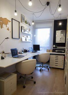 Mi nuevo espacio de trabajo en casa. Descubrimos un estudio real en blanco y negro, nos encantan cómo se ha aprovechado el espacio para tener mucho almacenamiento.