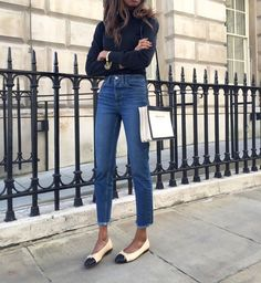 Casual Chic in denim - Frayed jeans Estilo Casual Chic, Casual Chique, Casual Chic Style, Chanel Ballerina Flats, Ballet Flats Outfit, Chanel Ballet Flats, Black Flats Outfit, Chanel Pumps, Denim Street Style