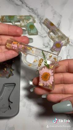Diy Resin Tray, Diy Resin Crafts, Fun Diy Crafts, Paper Crafts, Diy Cadeau, Epoxy Resin Art, Diy Keychain, Diy Canvas Art, Resin Jewelry
