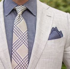 Linen jacket for summer is the only time men can use basically any light color. I'd love to have this of-white jacket. Moda Formal, Groom Shoes, Look Man, Suit Accessories, Gentleman Style, Dapper Gentleman, Linen Blazer, Dress For Success, Suit And Tie