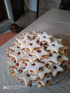 A karácsonyi sütik közé tartozik a linzer is. Mikor ünnepi hangulatot szeretnél varázsolni, próbáld ki ezt a finomságot. Hozzávalók 1 kg liszt, 40 dkg porcukor, 50 dkg Rama, 2 tojás, 2 vaníliás cukor. Elkészítés A hozzávalókat jól összegyúrjuk, kinyújtjuk, szaggatjuk, és isütjük. Én 100′-on sütöttem, mert nagyon erős a sütőm, és addig, amíg szép színe … Christmas Sweets, Xmas, Cookie Desserts, Desert Recipes, Cake Cookies, Breakfast Recipes, Biscuits, Recipies, Minden