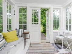 Den charmiga punschverandan leder in till ett ännu charmigare hus. Cottage Homes, Cottage Style, Farmhouse Style, Closed In Porch, Small Sunroom, Scandinavian Cottage, Little White House, Sleeping Porch, Craft Room Design