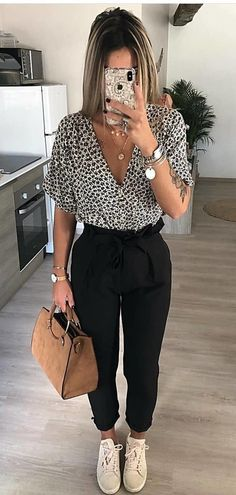 SPRİNG OUTFİTS, black and white leopard print short-sleeved shirt Insane Spring Outfits You Will Love, Outfit Chic, Stylish Outfits, Geek Outfit, Outfit Sets, Business Casual Outfits, Office Outfits, Business Wear, Cute Professional Outfits, Business Professional