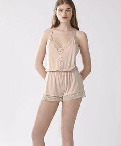 Комбинезон на бретелях с кружевом, 2999руб - Комбинезон-шорты на регулируемых бретелях с кружевной отделкой. Застежка спереди на пуговицы - Тенденции женской моды весна лето 2017 на Oysho онлайн.