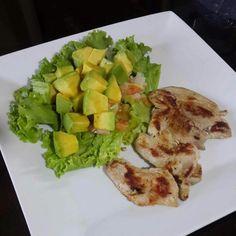 """A mi me encanta la pechuga a la plancha bien doradita, hoy lo acompañé de lechuga crespa con aguacate y tomate. Hoy proteína + verduras Después de estos desórdenes alimenticios que he tenido y se que tenemos la gente """"normal"""" en diciembre retomó hoy con un almuerzo limpio #DatosFit #IdeasFit #VidaSaludable #NoEsDieta #ComidaSaludable #Lunch #HealthyFood #HealthyLiving #FitLunch #HealthyLunch #GinaFit #GinaSaludable #ComidaSana"""
