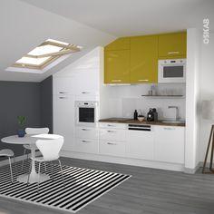 Cuisine jaune et blanche en i de style moderne, implantation sous pente, plan de travail en bois chêne lamellé, évier une cuve ronde - www.oskab.com