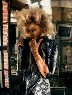 Beyonce with painted tattoos done by artist Jenai Chin Look Rock, Rock Style, Beyonce Tattoo, Grunge, Custom Temporary Tattoos, Henna Hair, Punk, Queen B, Hollywood Stars