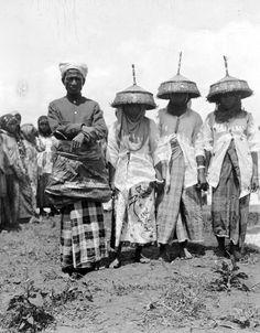 COLLECTIE TROPENMUSEUM Mensen uit Bima in feestkleding ter gelegenheid van het beplanten van de sawah's van de sultan Sumbawa.