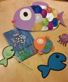 El pez arcoiris. Actividad: a la silueta de un pez en papel los niños y niñas le añaden un ojo hecho con gomets y una aleta brillante de goma eva; se la llevan con un palito de papel. El cuento se ha contado con un pez arcoíris hecho con goma eva, del cual se pueden ir desprendiendo escamas para repartirlas entre todos los peces.