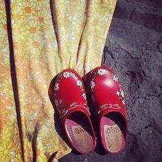 Sabots rouges fleuris