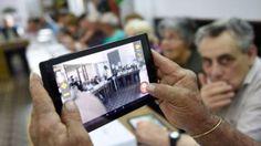"""Por Cristina Suárez A la vejez viruelas, y ahora también, tablets y smartphones. Los mayores comienzan a utilizar masivamente los dispositivos conectados y lo hacen, sobre todo, para el ocio. Es una de las conclusiones del informe anual de Telefónica """"La Sociedad de la Información en España"""". Así, el uso de internet sube un 11% …"""
