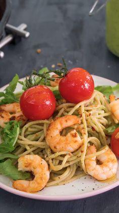 A delicious dinner that is quickly made: avocado pasta with shrimps eatsmarter.de # shrimp A delicious dinner that is quickly made: avocado pasta with shrimps eatsmarter. Vegetarian Recipes, Snack Recipes, Dinner Recipes, Cooking Recipes, Healthy Recipes, Cooking Eggs, Spicy Shrimp Pasta, Garlic Pasta, Avocado Dessert