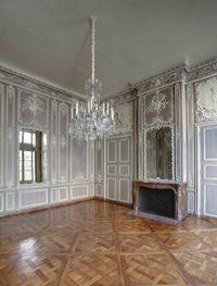 Salon de Musique, décor d'origine XVIII°s de l'Arsenal- 12) LE SALON DE MUSIQUE: C'est seulement à partir de 1741 que la partie neuve commença à devenir habitable. Le fils du maçon Destriches obtint du fil du duc du Maine, le COMTE D'EU, la concession d'un logement à l'angle O de la nouvelle construction, à charge pour lui de réaliser l'aménagement intérieur. Son exemple fut suivi quelque temps après par un architecte proche de Boffrand, ANTOINE-NICOLAS DAUPHIN.