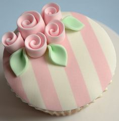 Shabby Chic 18th Birthday Cupcakes  ~ Flickr: Intercambio de fotos