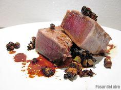 Falso tataki de ventresca de atún rojo con crujiente de ajos tiernos y teriyaki