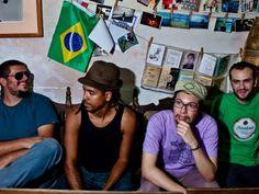 """O estilo marcante do grupo paraibano, conhecido pela originalidade, ritmo e poesia, invade o palco da Rouge, Casa Forte, em show do """"Sonido Projeto""""."""