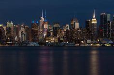 Para ya terminar de cansarlos con estas fotos sale una de noche. #NYC #newyork #newyorkcity #skyline #empirestatebuilding #reflections #lights #city #hudson #longexposure #longexposureoftheday #manhattan #andresharambour