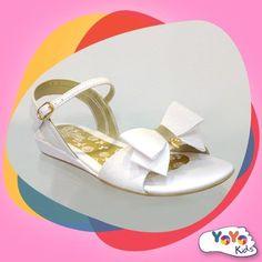 Ainda não sabe o que usar no Reveillon? Com esta sandália branca de laço suas as meninas vão arrasar!
