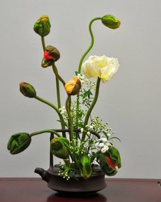 You have a handful of vases, sticks, greens and you just have to use your imagination to make your own floral arrangement that will adorn your space. Arrangement Floral Ikebana, Small Flower Arrangements, Silk Floral Arrangements, Tiny Flowers, Types Of Flowers, White Flowers, Beautiful Flowers, Fabric Flowers, Zantedeschia