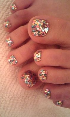 Use clear finger nail polish and any color sparkles. why the clear finger nail polish is still wet put the sparkles on and let them dry then put more clear finger nail polish on top. Love Nails, How To Do Nails, Fun Nails, Pretty Nails, Pretty Toes, Sexy Nails, French Nails Glitter, Glitter Nails, Glitter Pedicure
