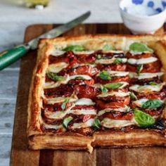 This Caprese tart recipe is perfect for easy lunches and fast dinners. Flaky puff pastry, mozzarella, roasted tomatoes and fresh basil? Yes please!