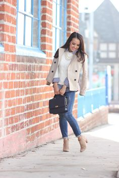 Fall outfit: cropped trenchcoat, cream sweater, gingham shirt, skinny jeans, beige booties, navy bag