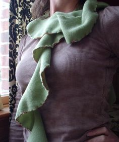Fleece scarf with blanket stitch edging -- a 10 minute project! Sewing Ideas, Sewing Projects, Craft Projects, Sewing Patterns, Craft Ideas, Fleece Crafts, Fleece Projects, Scarf Tutorial, Fleece Scarf