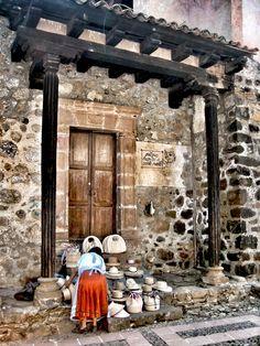 Pátzcuaro, Michoacán. Vendedora de bolsas y sombreros