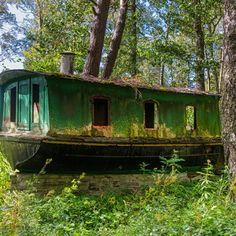 Båt mellan Trolmen och Råbäcks hamn