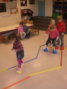 Course and stilts - - Motor Skills Activities, Gross Motor Skills, Physical Activities, Preschool Activities, Physical Development, Physical Education, Pediatric Physical Therapy, Kids Gym, Activity Games
