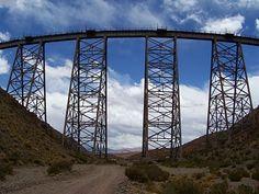 """Vista del punte por donde viaja el """"tren a las nubes"""", en Salta, Argentina"""