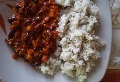 Cibuli oloupeme a nakrájíme na jemno, dáme osmahnout do hrnce. Po chvíli přidáme opláchnutou a probranou rýži, zalijeme vodou a vaříme do měkka, osolíme.  2 V hlubší pánvi si na oleji dozlatova osmahneme cibulku, přidáme na kostičky nakrájený uzený tempeh a chvíli opékáme. Přidáme fazole, rajčatový protlak, česnek a chvíli povaříme.  3 Směs dochutíme lahůdkovým droždím, podle chuti přidáme sůl a pepř. Podáváme s uvařenou rýží. Grains, Food, Essen, Meals, Seeds, Yemek, Eten, Korn