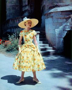"""La actriz Audrey Hepburn fotografiada por Willy Rizzo (mayo de 1956) en el Château de la reine blanche, Coye-la-Forêt, Oise (Francia), para la publicidad de """"Funny Face"""" (1957).  -Audrey llevaba creaciones de Givenchy (vestido impreso del sombrero de copa y de la paja, de su colección de alta costura para la primavera / verano de 1956) y los zapatos de René Mancini para Givenchy."""